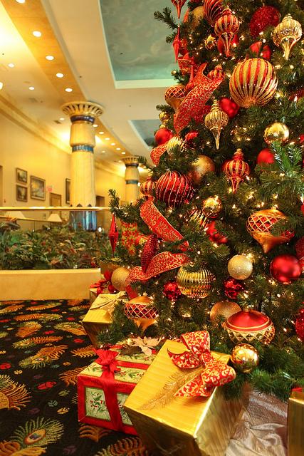 Red Christmas Tree Decoration Idea